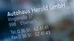 Autohaus Herold Eisenach, Eingangsbereich mit Kontaktdaten und Öffnungszeiten