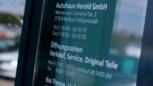 Autohaus Herold Heiligenstadt, Eingangsbereich mit Kontaktdaten und Öffnungszeiten