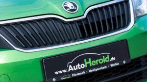 Autohaus Herold, Detail Fahrzeugfront mit ŠKODA-Logo